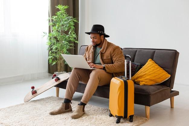 Uomo pieno del colpo con il computer portatile