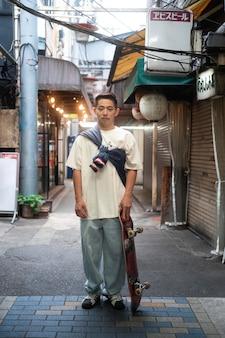 Uomo a tutto campo con lo skateboard