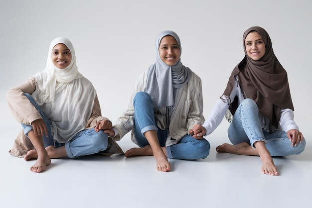 Donne musulmane a tutto campo che si tengono per mano