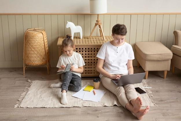 Genitore e bambino del colpo pieno sul pavimento