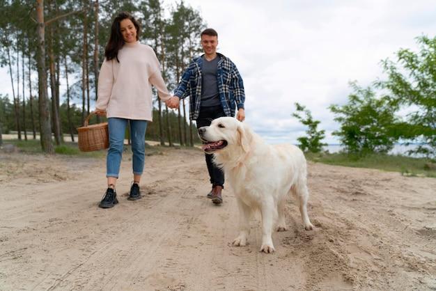 Persone a tutto campo che camminano con il cane