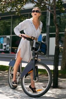 Donna anziana a tutto campo con la bicicletta