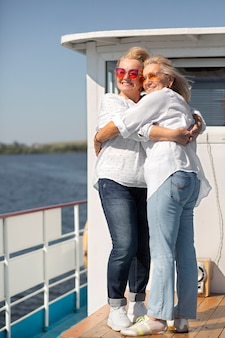 Donne anziane a tutto campo che si abbracciano