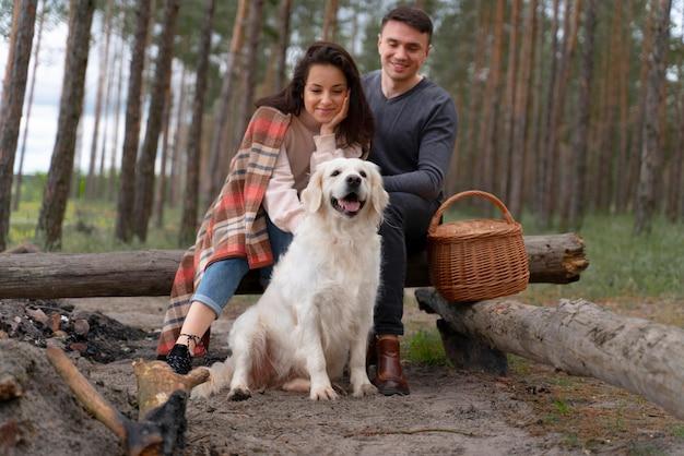 Persone sorridenti a tutto campo con il cane