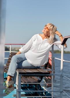 Donna sorridente a tutto campo sulla barca
