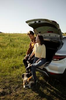 Viaggiatori a tutto campo con cane all'aperto