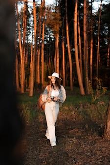 Fotocamera a tutto campo con donna in mano