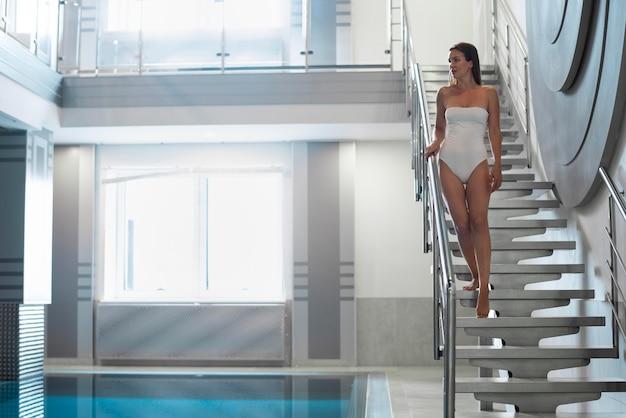 Donna a tutto campo sulle scale