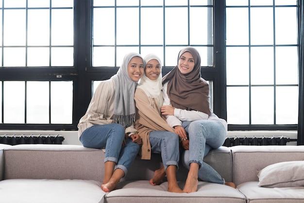 Donne a tutto campo sedute insieme