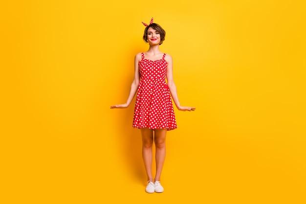 Foto a grandezza naturale dell'affascinante bella ragazza goditi la primavera del tempo libero a piedi sentiti contenuto indossare calzature in stile retrò a pois isolato su muro di colore lucido