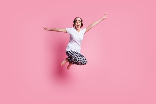 La foto a grandezza naturale della signora divertente salta in alto si rallegra e si diverte