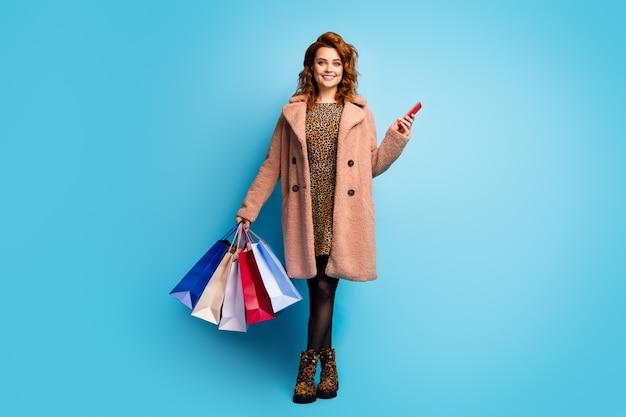 Foto a grandezza naturale di donna femminile positiva con smartphone per pagare acquisti facili