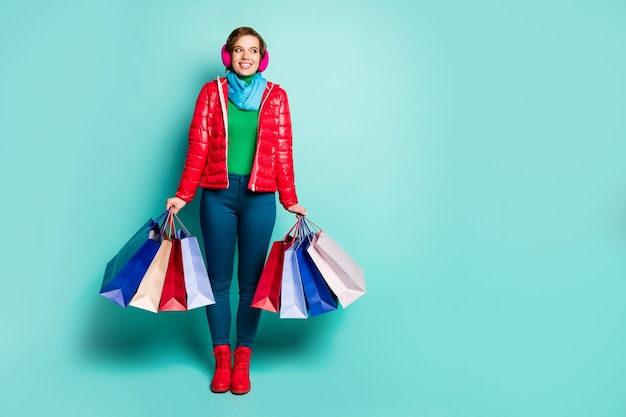 Foto a grandezza naturale di ragazza positiva centro commerciale cliente resto tenere molte borse acquistare boutique look copyspace indossare scarpe rosa pantaloni blu pantaloni ponticello verde isolato muro di colore verde acqua