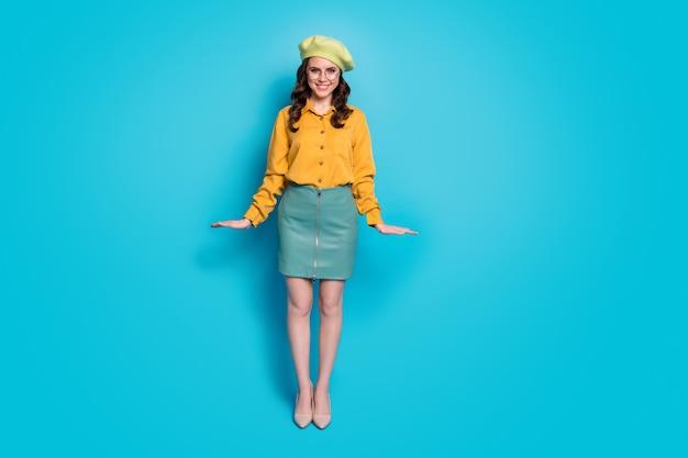 Foto a grandezza naturale di una ragazza adorabile soddisfatta che si gode l'autunno autunnale riposati rilassati indossa vestiti di bell'aspetto isolati su uno sfondo di colore blu