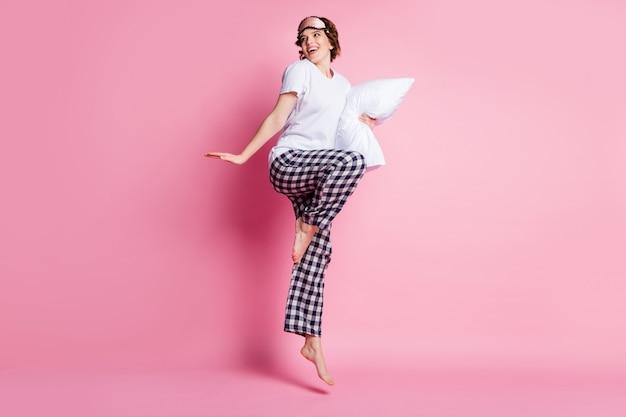 Foto di profilo a grandezza naturale del cuscino della tenuta alta di salto della signora divertente