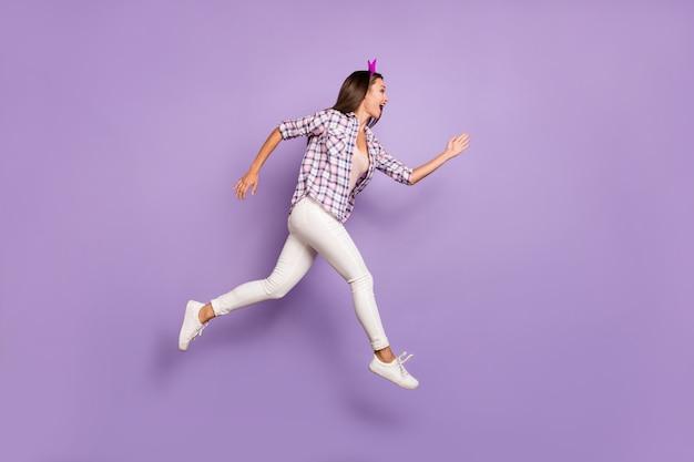 Vista laterale di profilo a grandezza naturale di funky crazy girl jump run