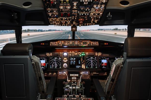 Visione completa degli aerei boeing moderni della cabina di pilotaggio prima del decollo.