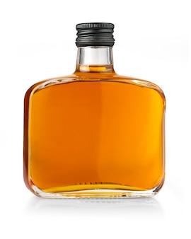 Bottiglia di whisky piena isolata su bianco