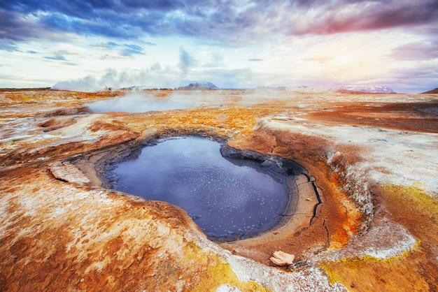 Giacimento della fumarola in namafjall islanda. i boschi pittoreschi paesaggi.
