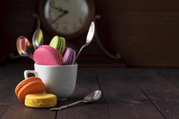 Divertente colazione con macarons colorati