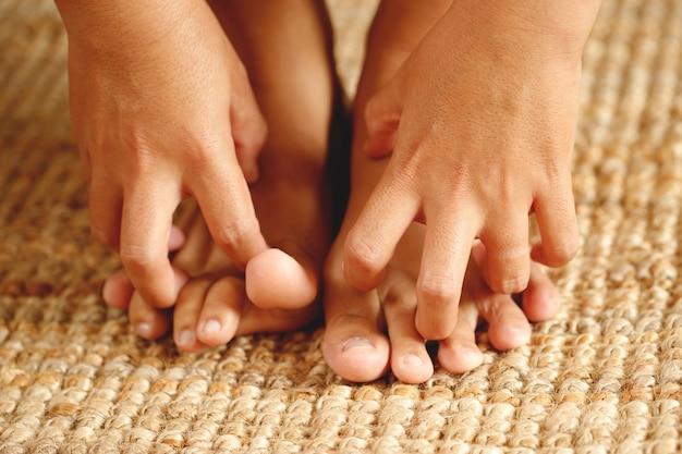 Prurito fungino ai piedi causato dal morso dei piedi