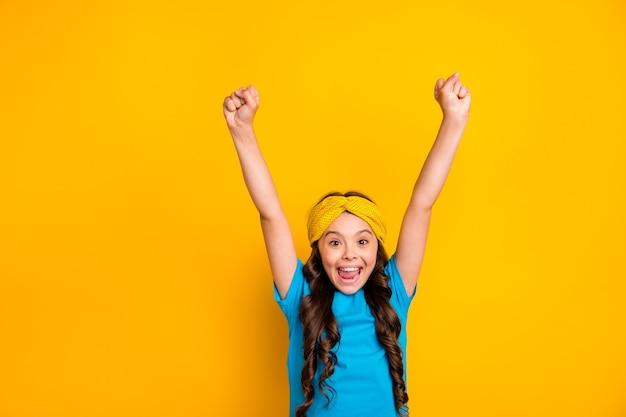 La piccola scolaretta pazza allegra funky celebra la vittoria di gioia
