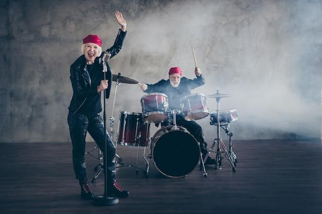 La vecchia coppia funky performance musicale rock band canta hit retrò