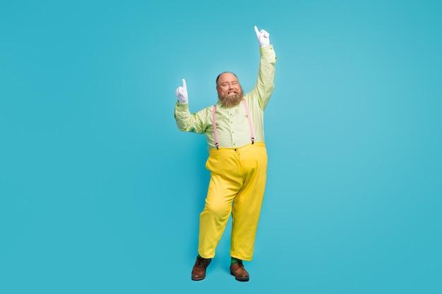 Funky uomo in sovrappeso ballando su sfondo blu