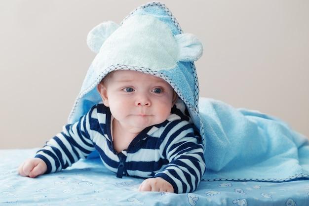 Divertente bambino al coperto