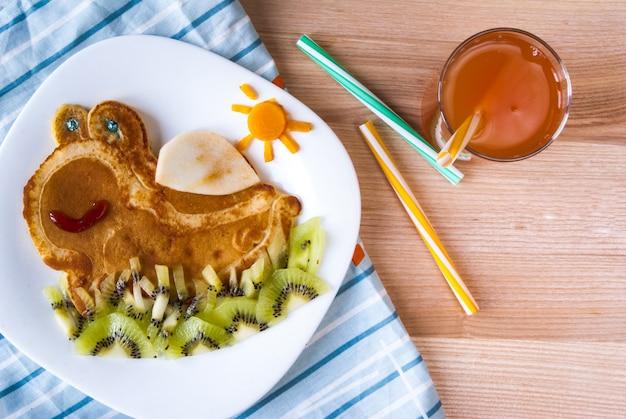 Divertente colazione per bambini: frittelle con frutta, che assomigliano a una tartaruga