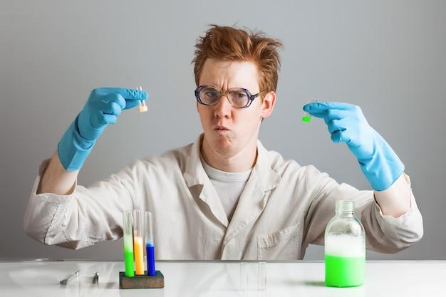 Il chimico pazzo divertente dello scienziato sceglie la boccetta