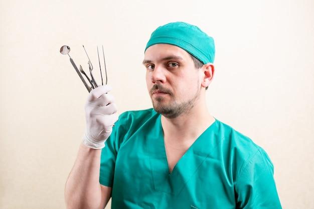 Divertente medico orl, con strumenti nelle sue mani. foto di alta qualità