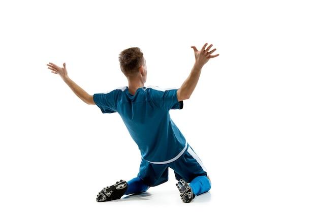 Emozioni divertenti del calciatore professionista isolato su sfondo bianco studio, eccitazione