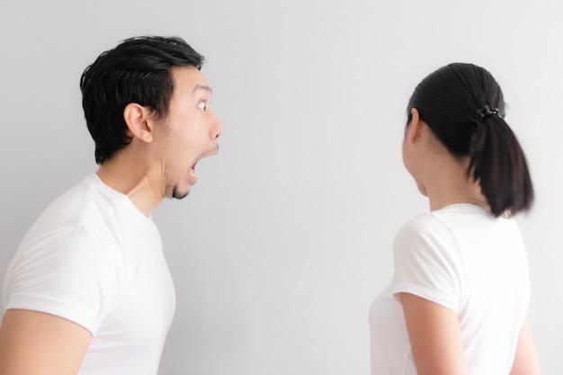 Amante di coppia faccia buffa con problemi di alitosi.