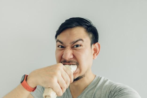 Selfie divertente dell'uomo stesso del fronte che mangia il kebab di pollo casalingo.