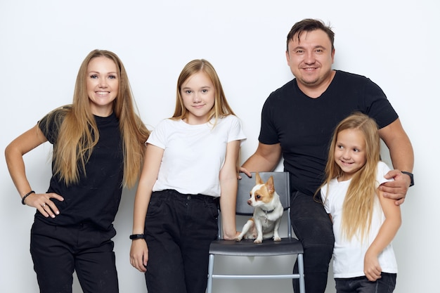 Ritratto di famiglia divertente con un piccolo cane. foto di alta qualità