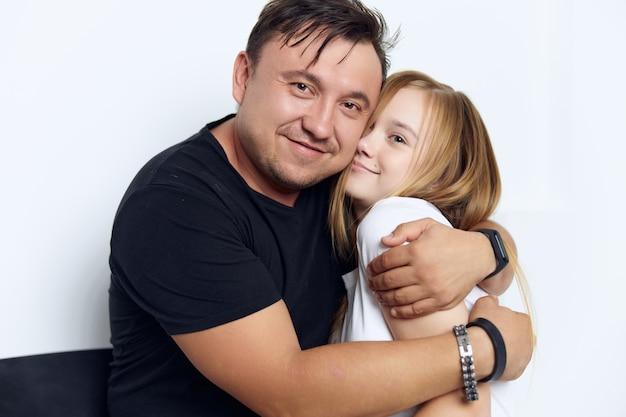 Il padre e la figlia divertenti abbracciano il primo piano di amore della famiglia