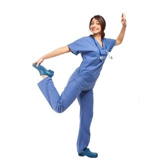 Medico femminile divertente isolato su tutta la lunghezza bianca