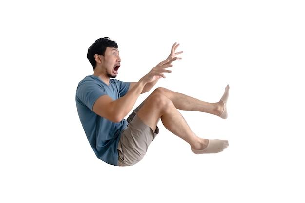 Ente completo divertente dell'uomo asiatico scioccato che è spazzato via isolato.