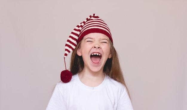 Ragazza divertente in cappello divertente urla