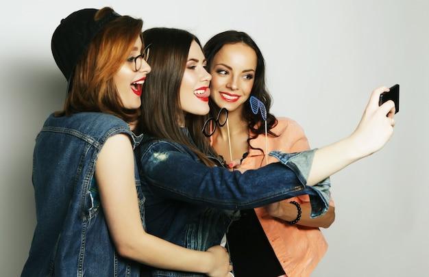 Ragazze divertenti, pronte per la festa, selfie