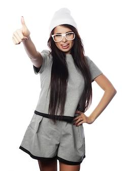 Divertente glamour elegante sexy sorridente bella giovane donna castana modello in panno estivo grigio hipster in berretto bianco