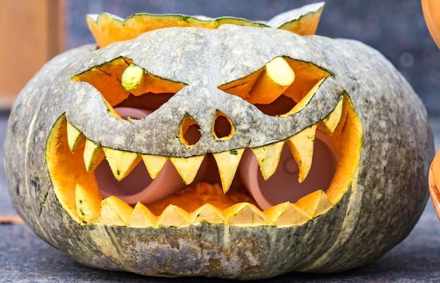 Zucca divertente di halloween jack-o-lantern, sochi, russia.