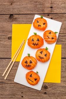 Divertente halloween sushi zucche jack o lantern, sushi monsters. temari sushi, palline di sushi. cibo salutare per bambini