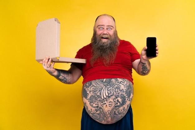 Uomo grasso divertente ed esilarante affamato di cibo malsano