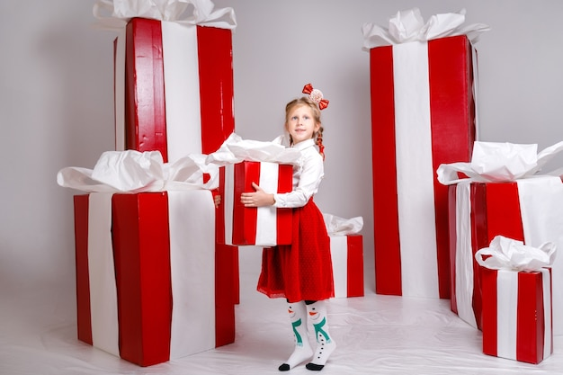 Bambina divertente nell'immagine del nuovo anno, che mostra emozioni diverse.
