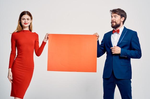Uomini e donne divertenti un poster pubblicitario di presentazione