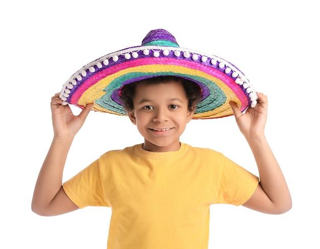 Ragazzo messicano divertente in cappello del sombrero su superficie bianca