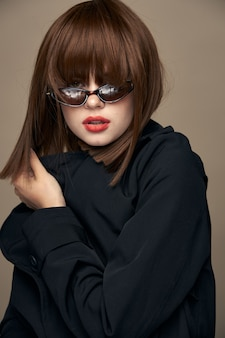 Modello divertente cappotto scuro stile elegante gioia al chiuso
