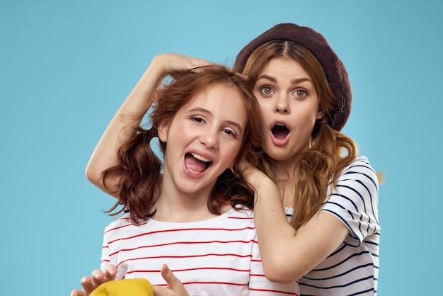 Mamma e figlia divertenti in t-shirt a righe